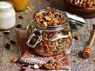 Рецепта за домашна гранола мюсли от овесени ядки, орехи, канела, мед, стафиди и сушени боровинки